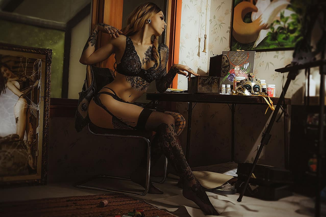 Cropped-artistic-boudoir-with-tattoo-model